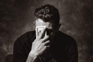 Mężczyzna trzymający pieniądze