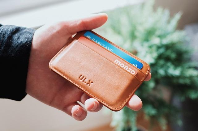 Człowiek trzymający portfel