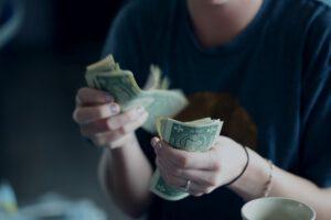 liczenie pieniędzy w banknotach